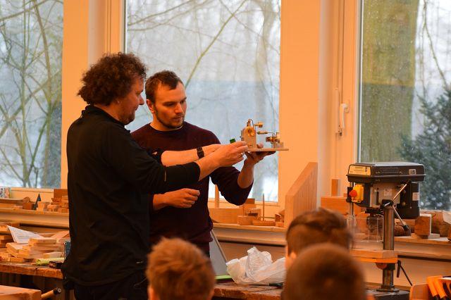 Ingmar Bösing und Michael Baune an der Dampfmaschine