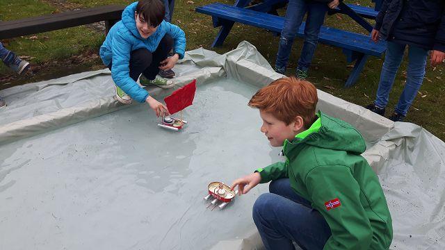 Jonas und Tim testen die Boote