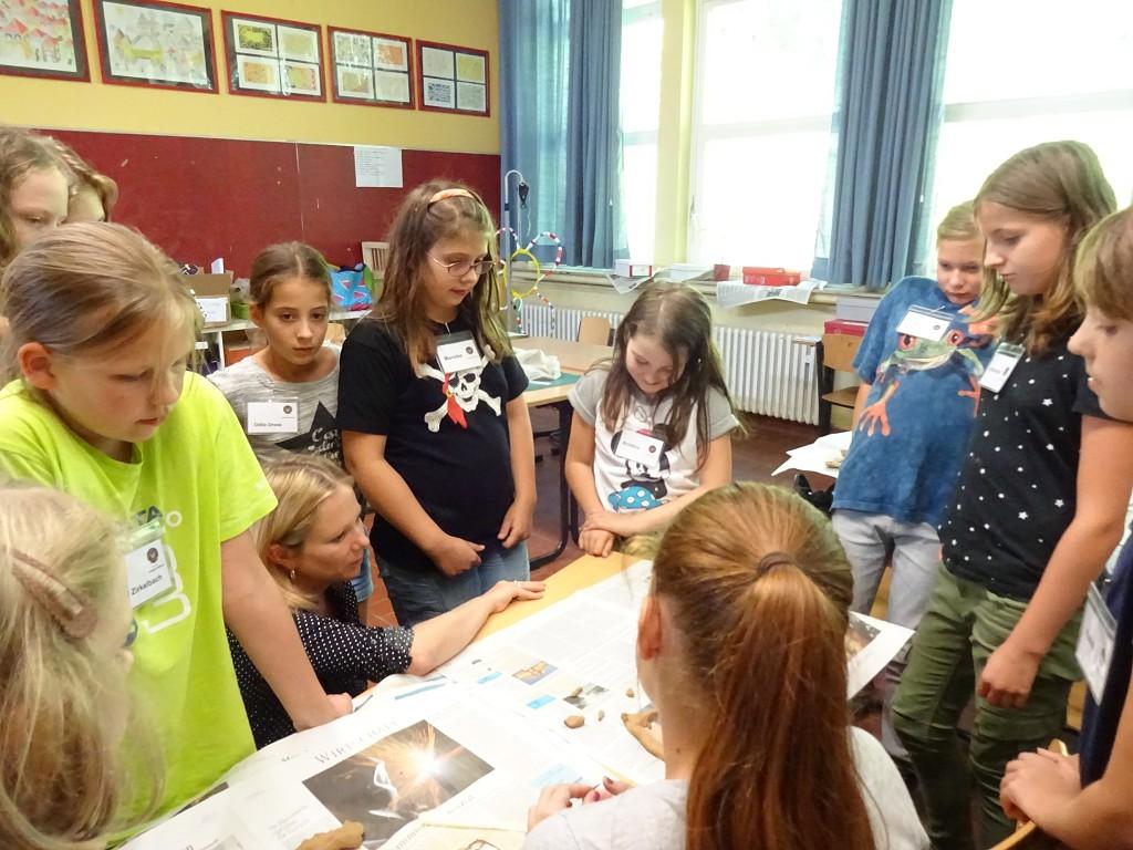Luise Lübke fachsimpelt mit den Mädchen über Architektur
