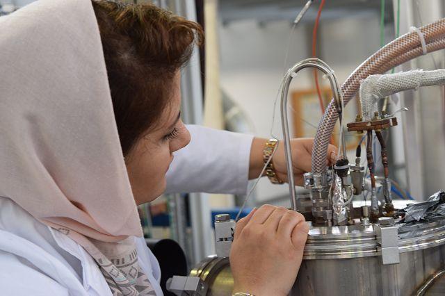 Saeedeh Imani an ihrer Anlage in der Universität