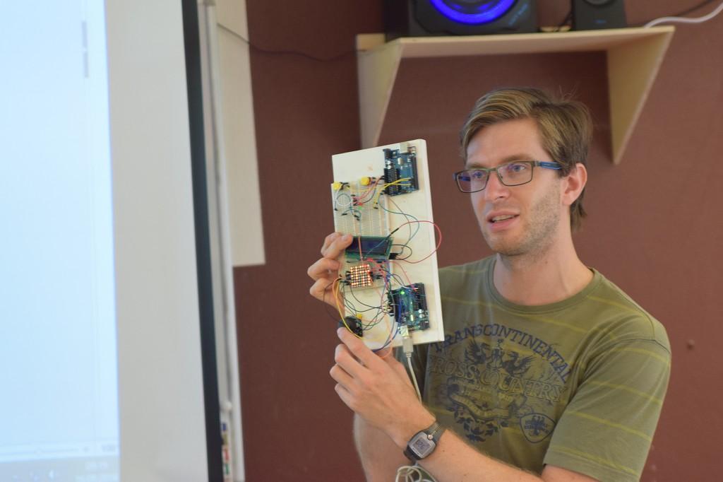 Markus Leuschner erklärt die Arduinos