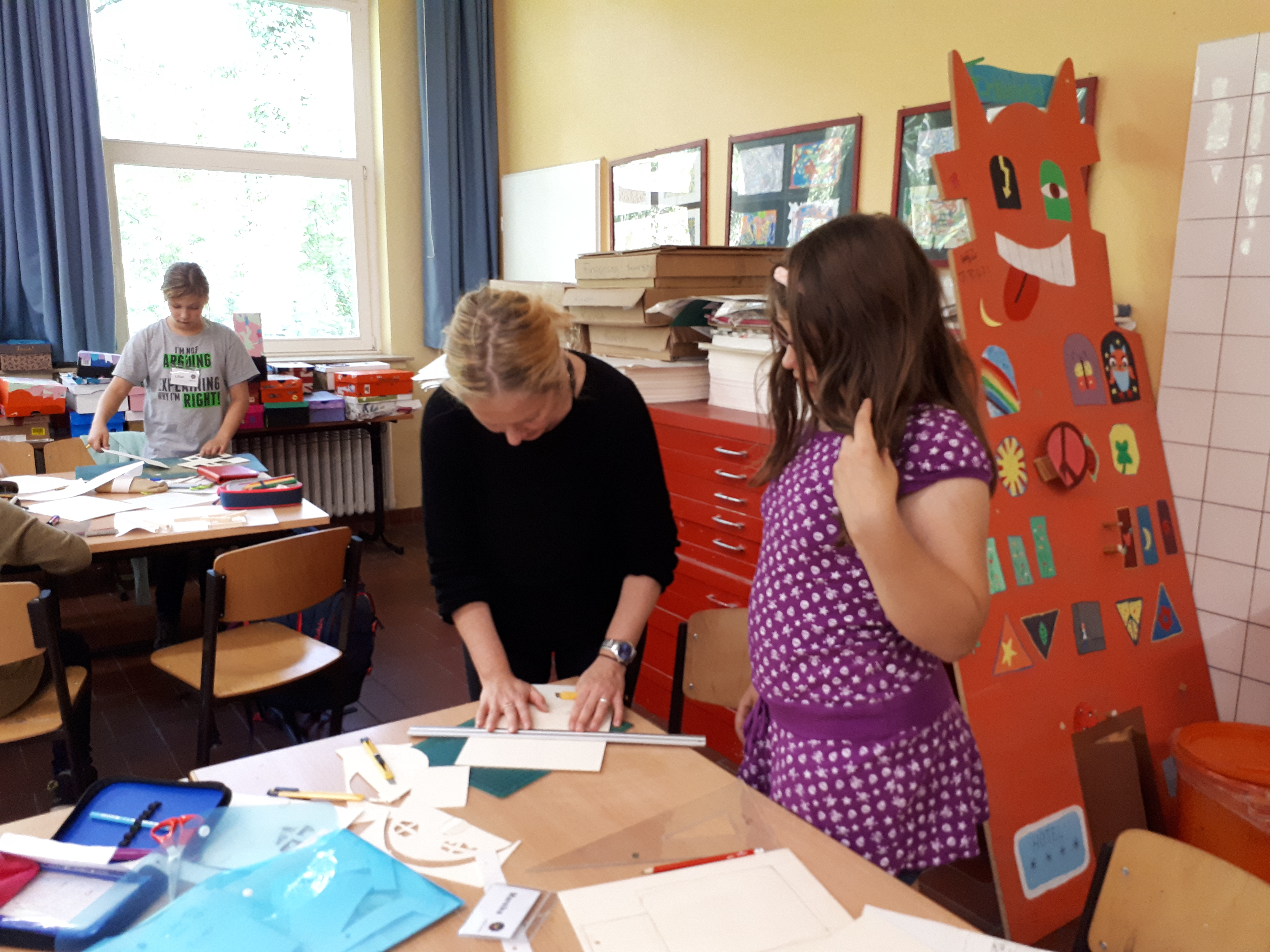 Luise Lübke hilft bei dem Umgang mit dem Messer