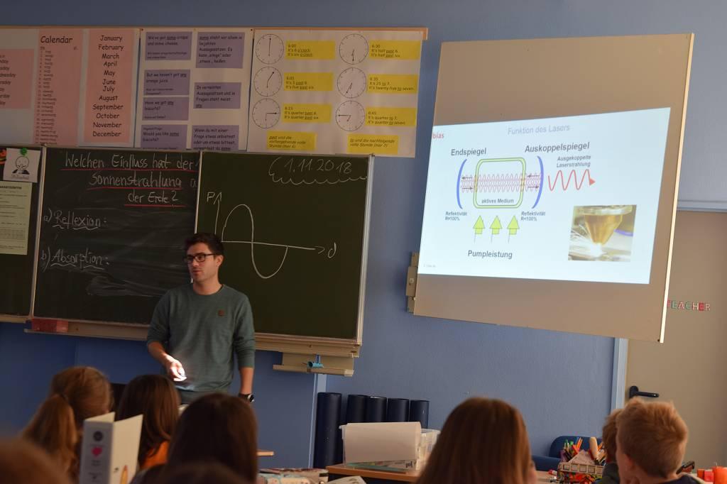 Tobias Cotscher erklärt, wie ein Laser funtkionert