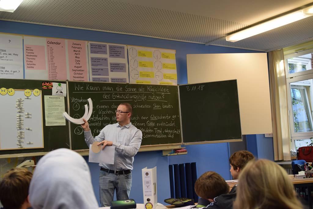 Konstantin Vetter zeigt die Schablonen