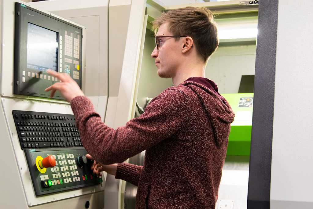 Arne Beinhauer an der CNC-Drehmaschine