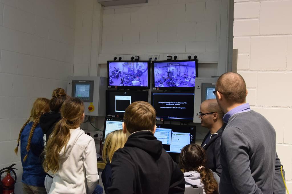 Die Versuche werden mit Monitoren überwacht