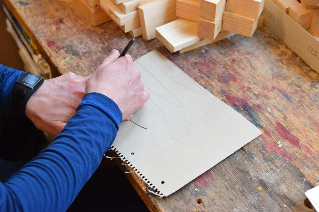 Michael Baune zeichnet Schablonen.