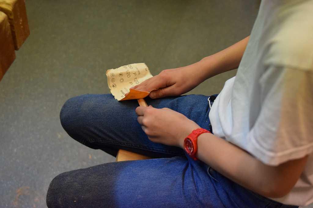 Aus rau wird weich: Sandpapier kommt zum Einsatz.