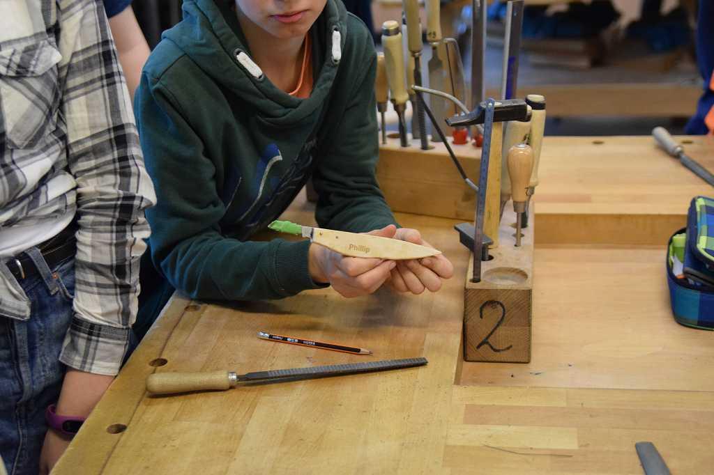Phillip präsentiert sein fertiges Schnitzmesser.