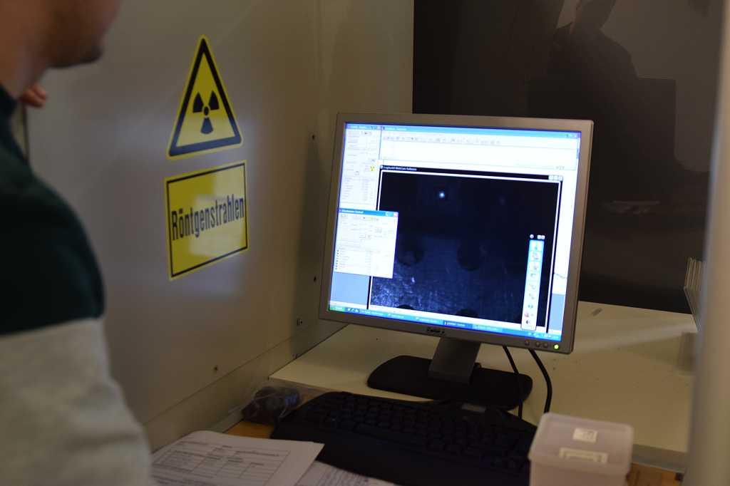 Ein Licht deutet auf die Position der Mikroprobe hin.