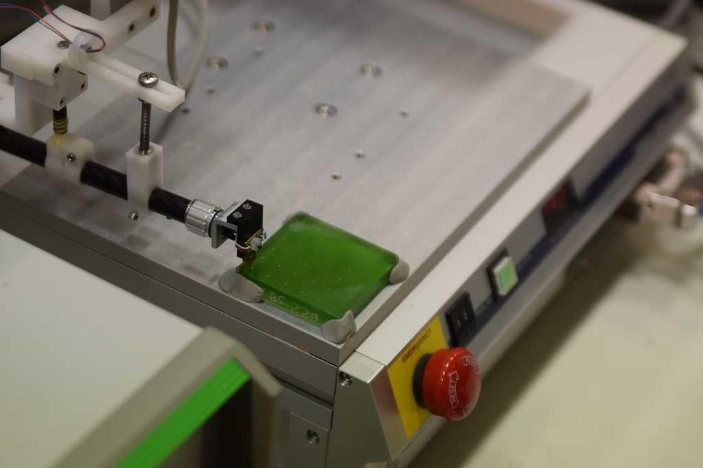 Der Sensor über der Platte.