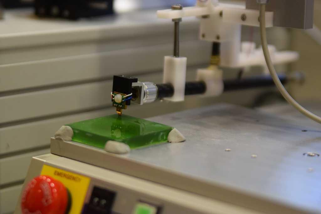 Auf und ab: Der Sensor erzeugt ein Magnetfeld.