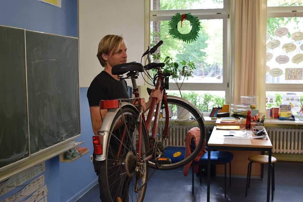 Nils präsentiert das Fahrrad.