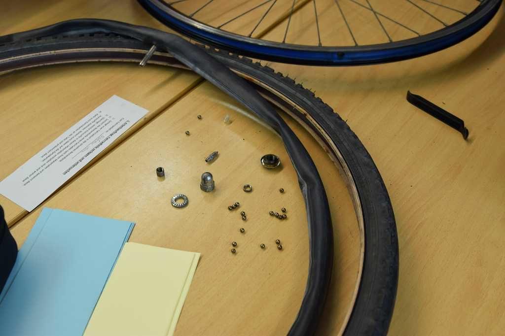Der Reifen offenbart viele kleine Einzelteilchen.