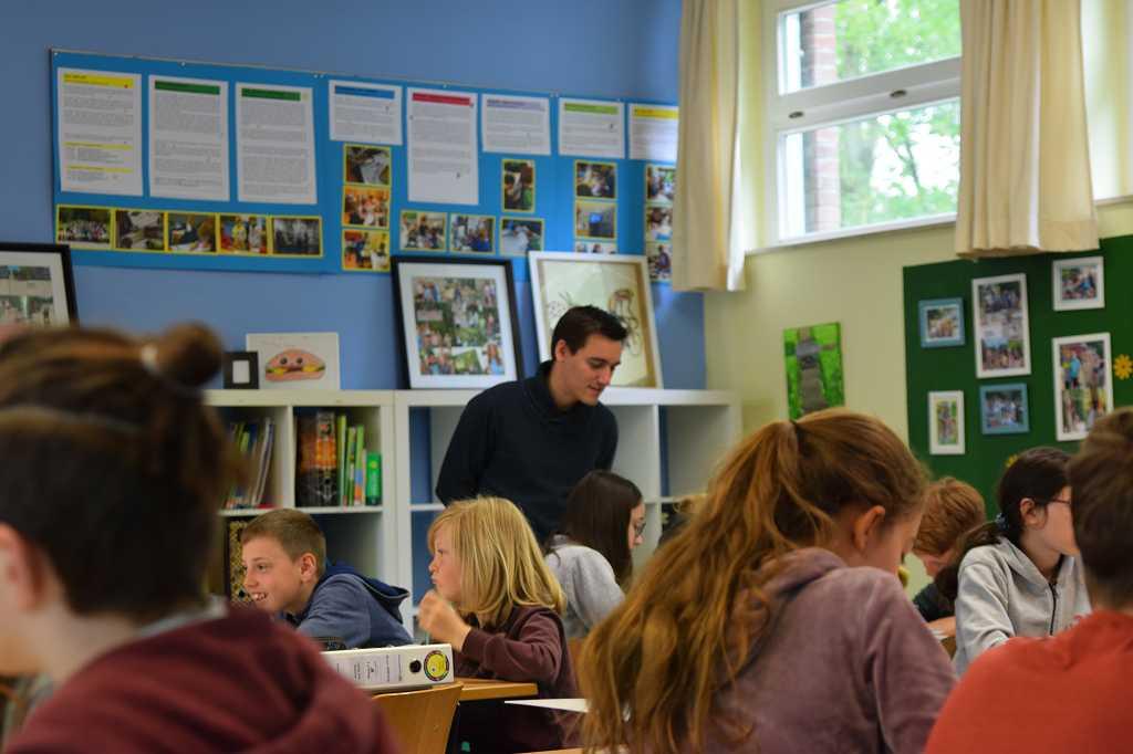 Finn Meiners diskutiert mit den Kindern der 6a