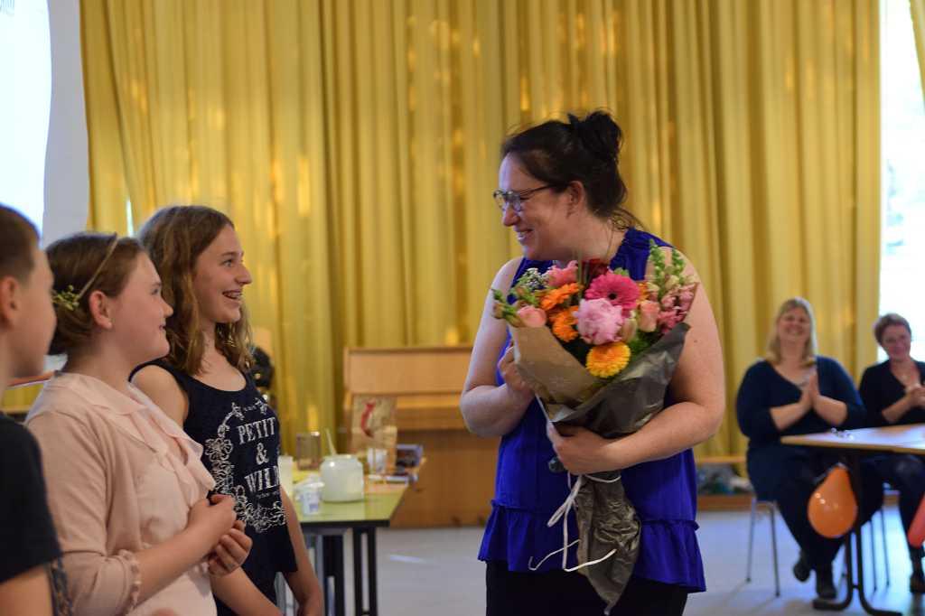 Frau Börger bekommt Blumen