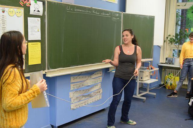 Wie ein Schnurtelefon: Zwei Schülerinnen als Rechner sind per LAN verbunden.