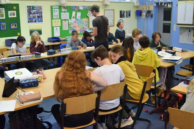 Die Klasse schreibt Nachrichten.