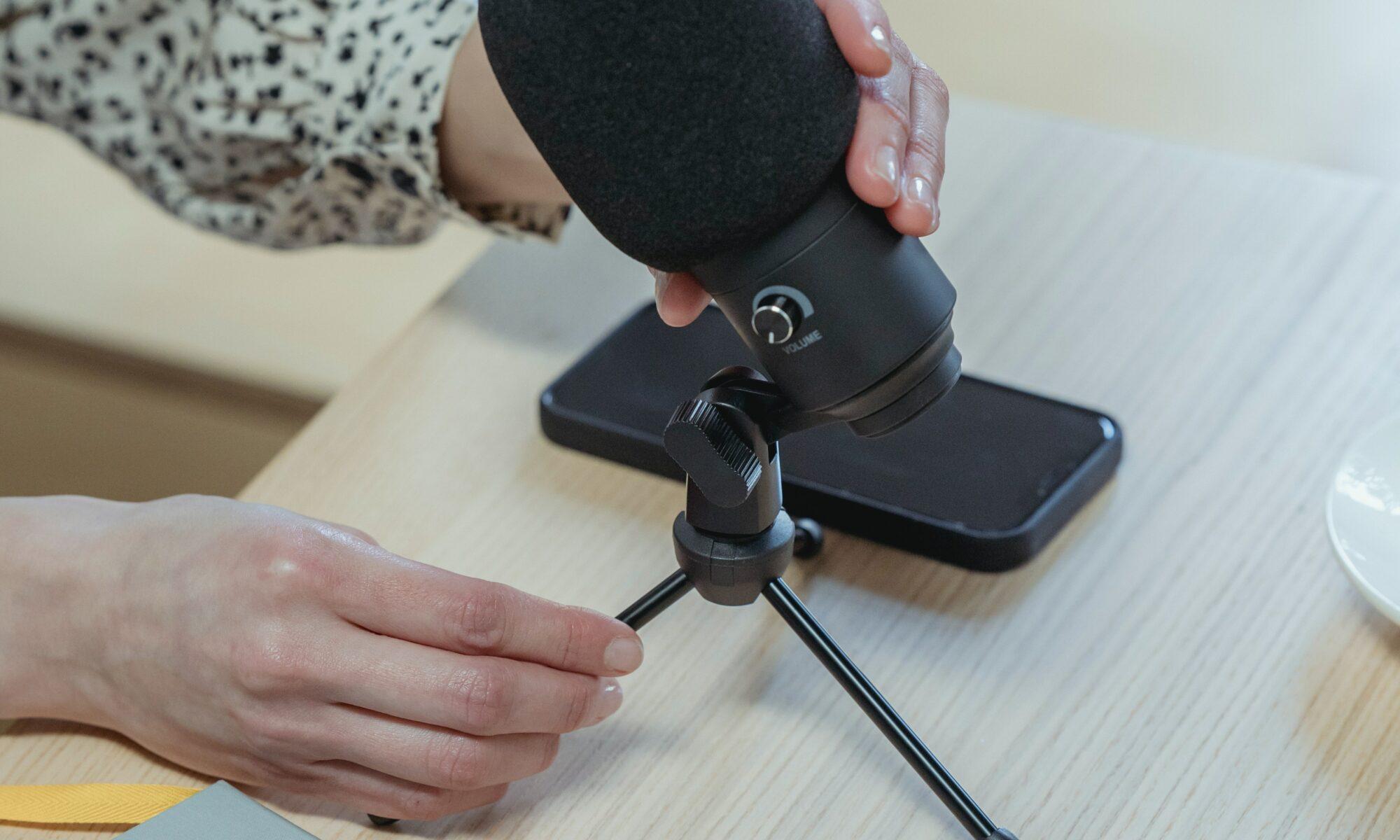 Mikrofon mit Heft und Stift